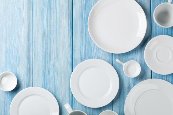 Белая пустая посуда на столе