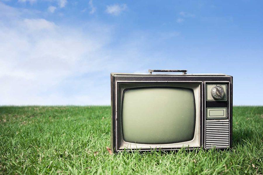 Старый телевизор на траве