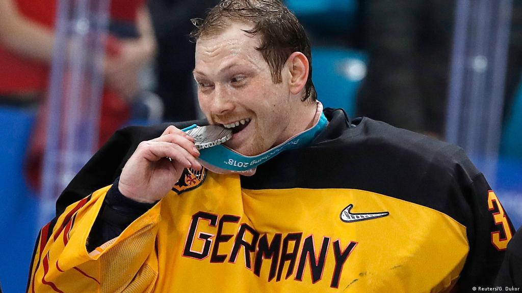 Олимпийский чемпион в шутку пробует медаль на зуб