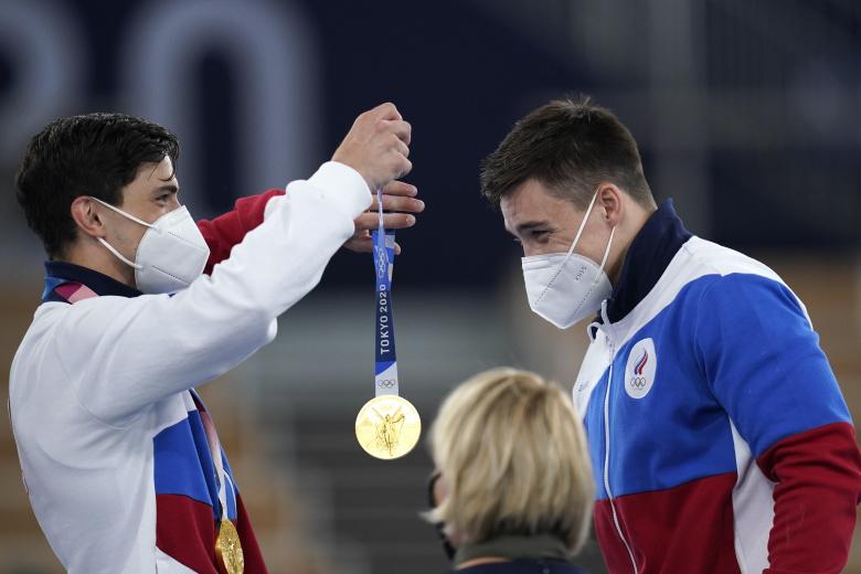 Награждение чемпиона в маске медалью