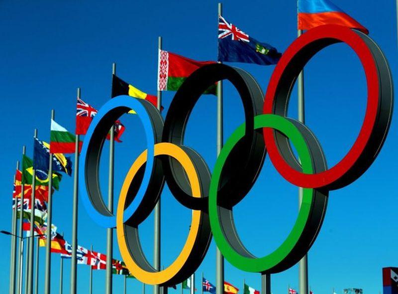 Олимпийские кольца и флаги разных стран мира