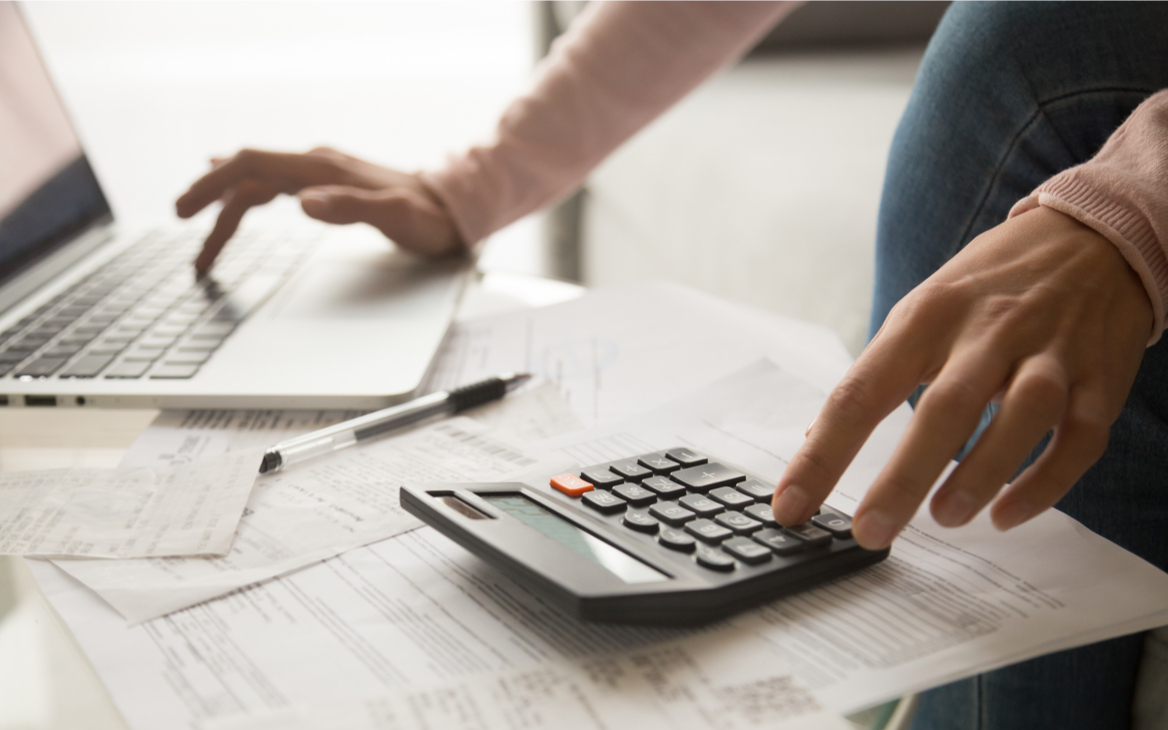 Ноутбук и счет на калькуляторе