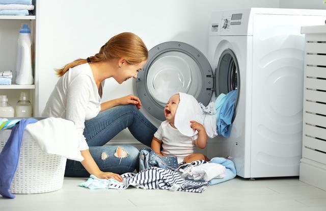 Малыш и мама возле стиральной машинки