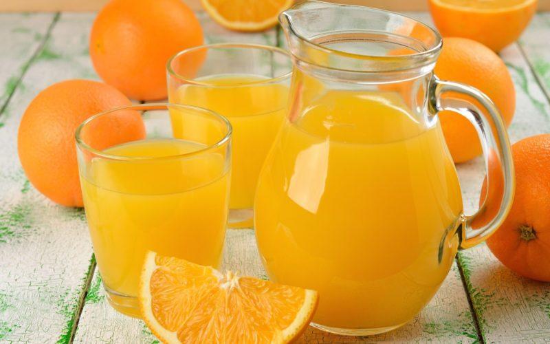 Апельсиновый сок в кувшине и апельсины