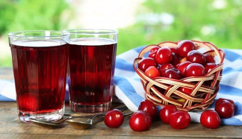 2 стакана с вишневым соком и вишни