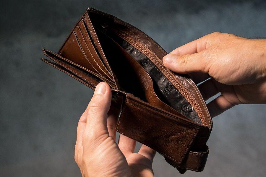 Пустой кошелек в мужских руках