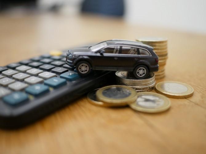 Игрушечный автомобиль на калькуляторе и монетах