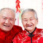 Пожилые китайцы в национальных костюмах