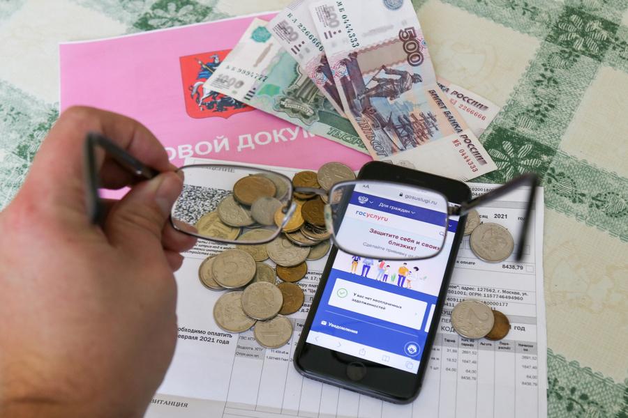 Квитанции, деньги и смартфон с запущенными Госуслугами через диоптрии очков