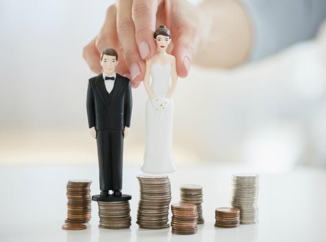 Фигурки жениха и невесты на монетах