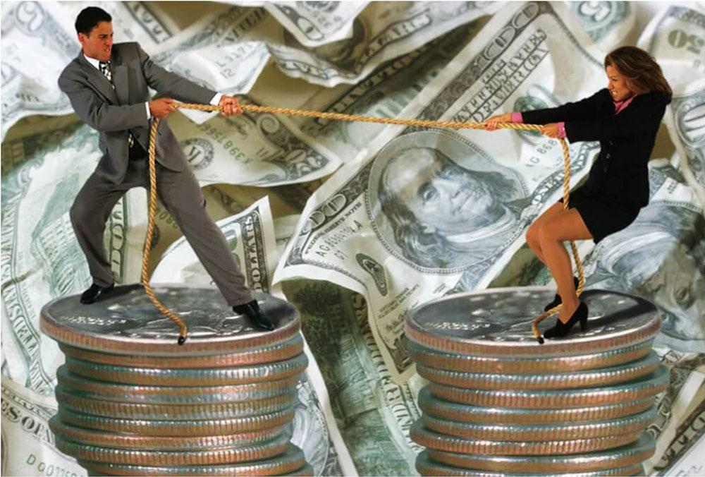 Мужчина и женщина на гигантских монетах перетягивают канат на фоне долларовых купюр