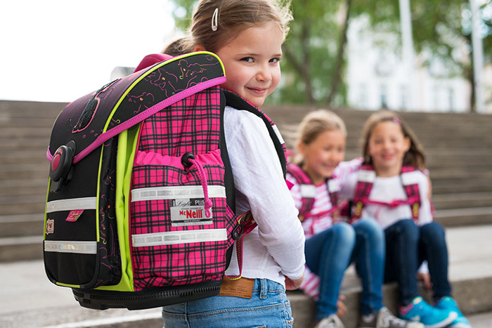Маленькая девочка с большим школьным рюкзаком