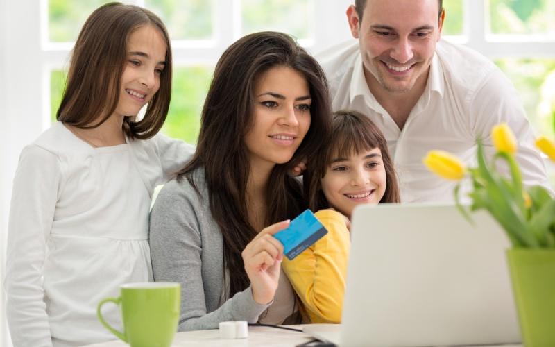 Семья делает покупки в интернете
