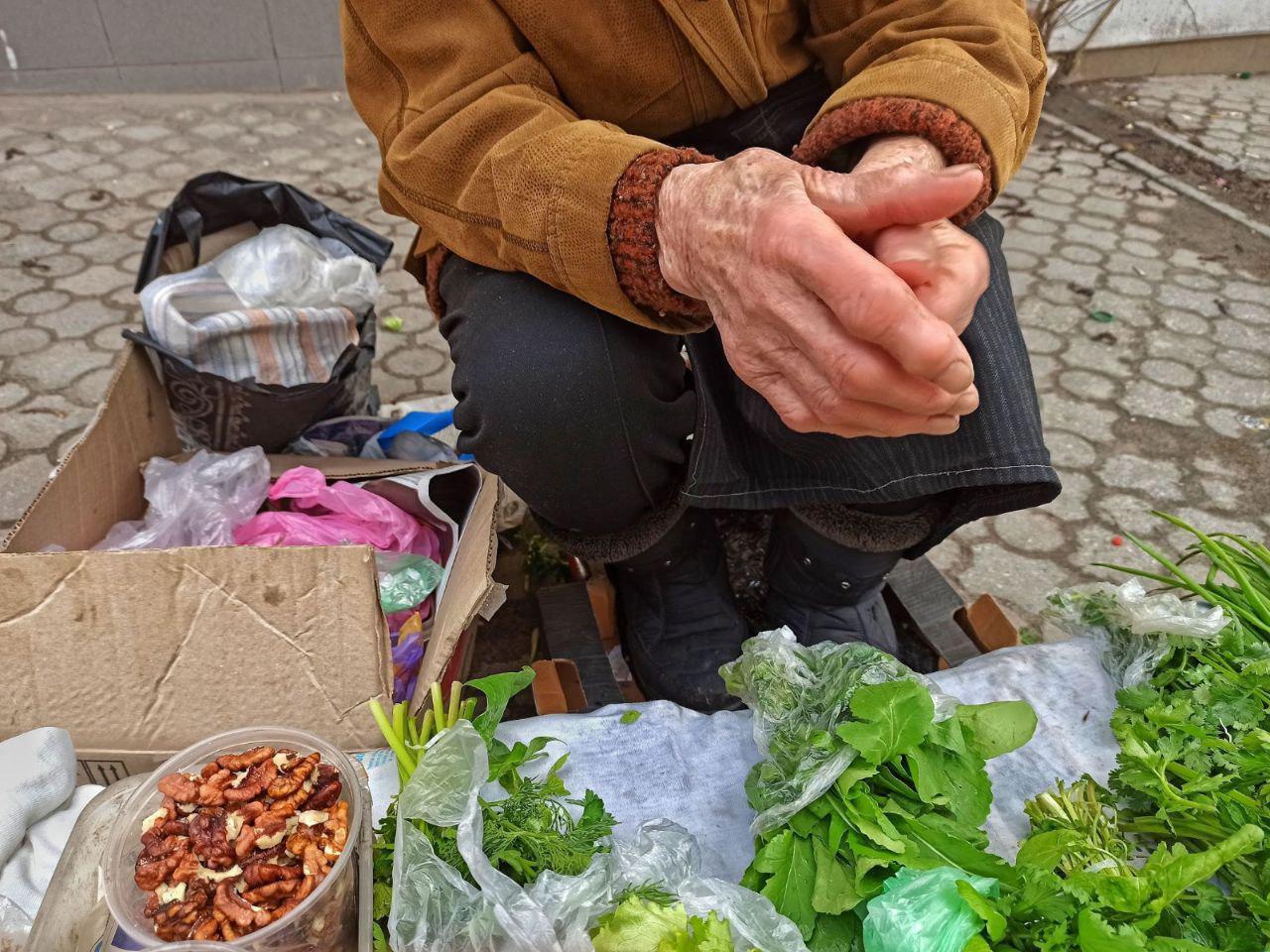 Уличная торговля орехами и зеленью