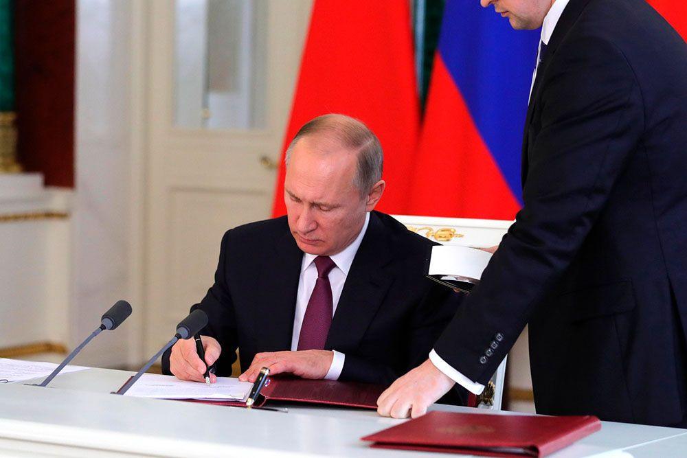 Президент Путин подписывает указ