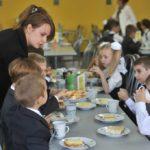 Дети с учителем в столовой