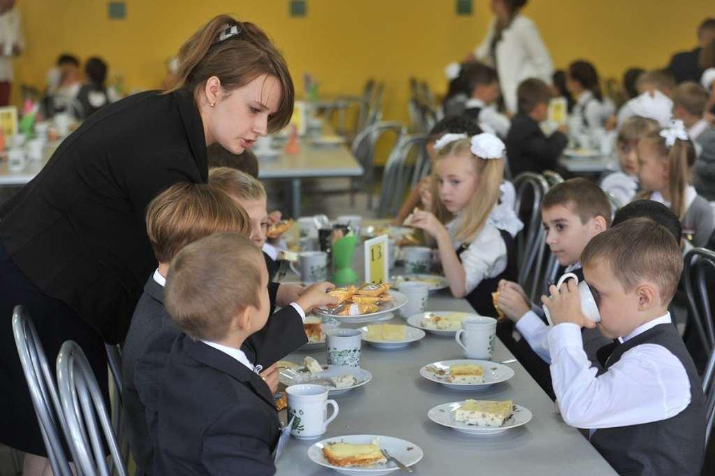 Дети и учительница в школьной столовой