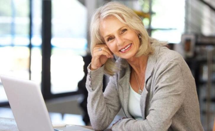 Женщина среднего возраста за ПК