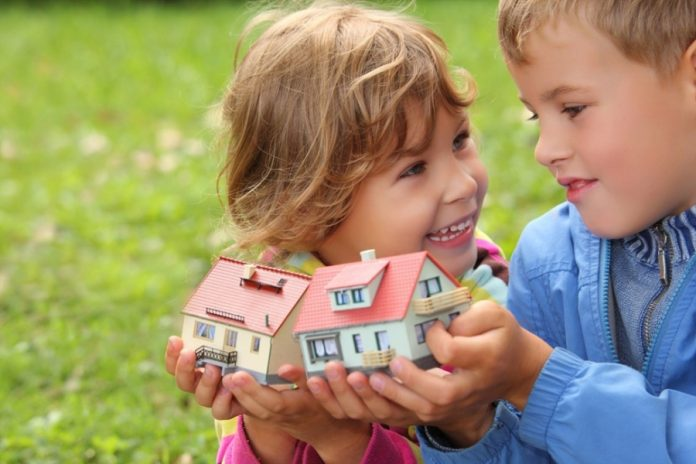 Дети с игрушечными домиками в руках