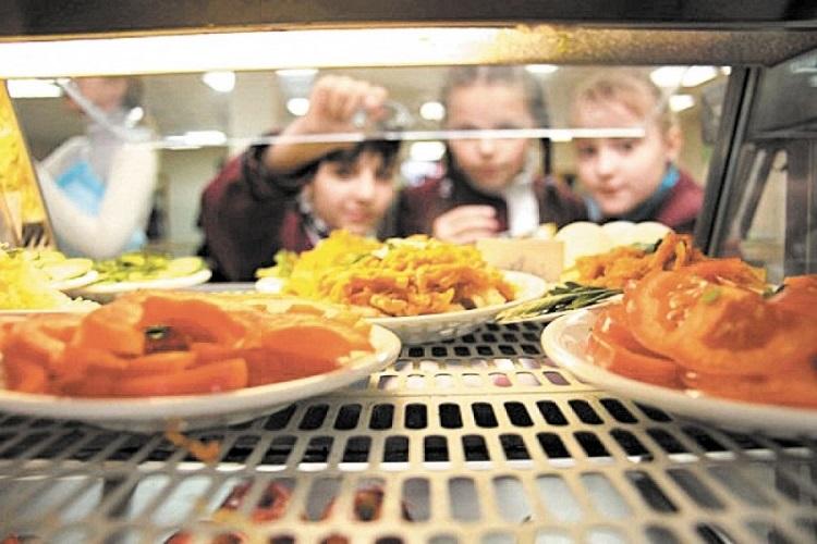 Дети смотрят на блюда с едой