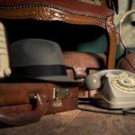 Хлам чемодан телефон шляпа