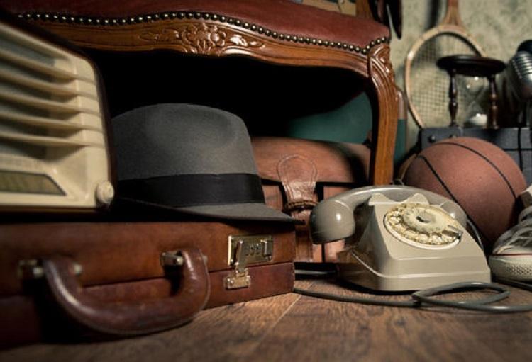Старые вещи шляпа, чемодан, телефон