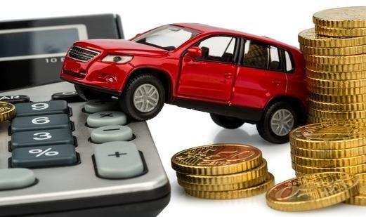 Миниатюрный автомобиль между калькулятором и золотыми монетами