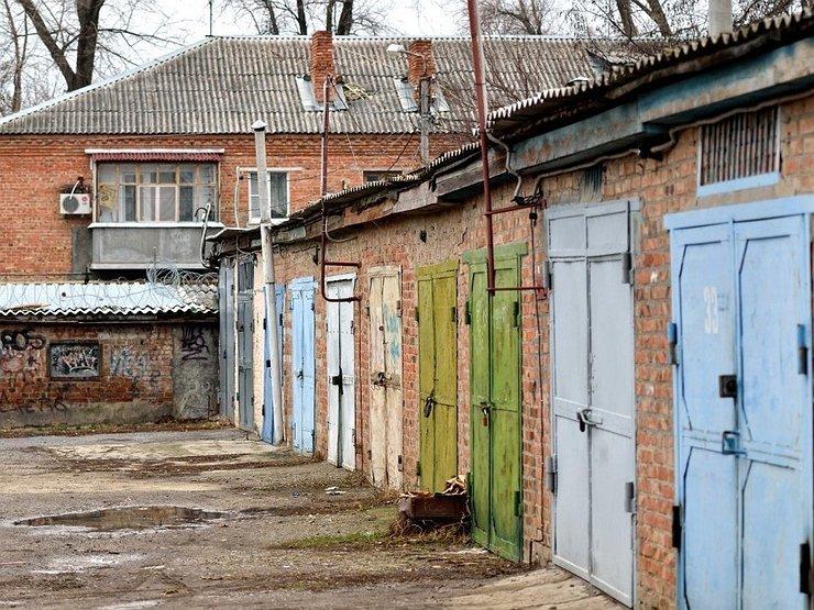 Старые гаражи в общей постройке