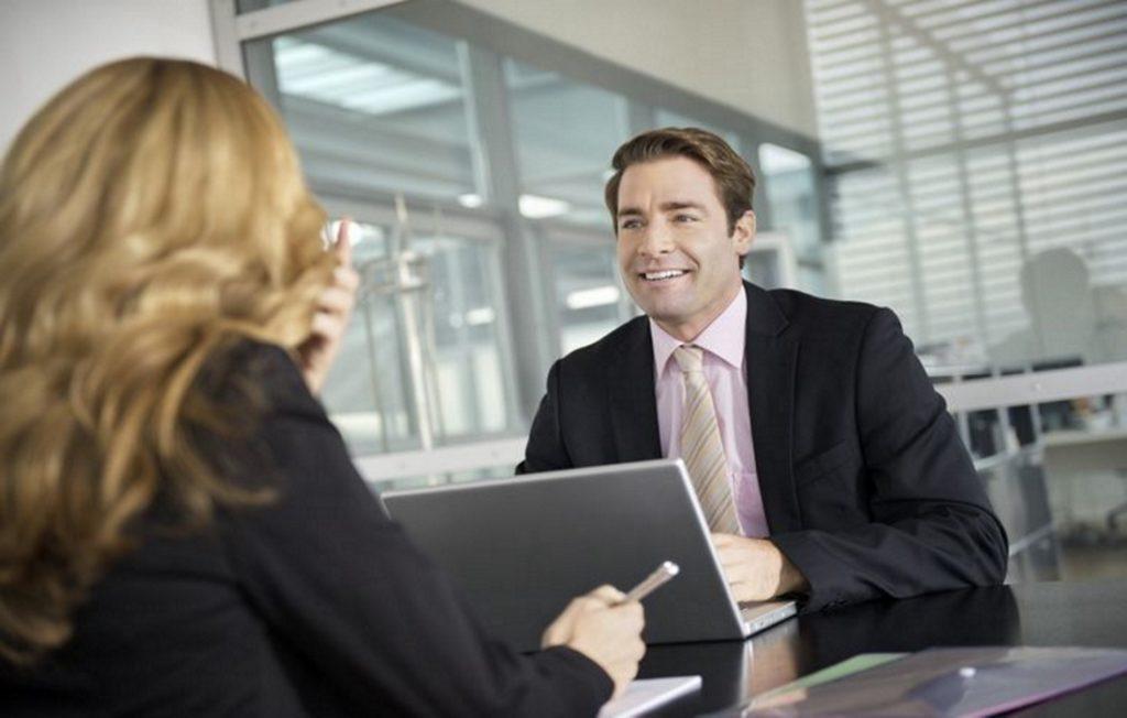 Беседа двух людей в офисе
