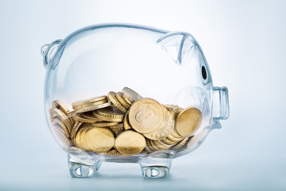 Стеклянная свинья-копилка с монетами