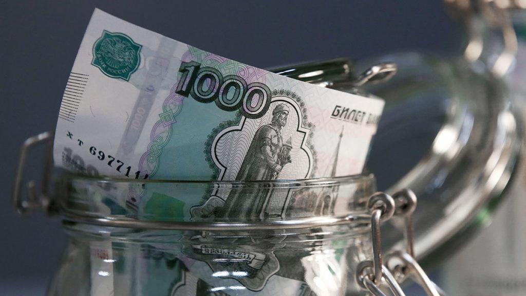 Тысяча рублей в стеклянной банке