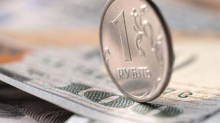 Монета рубль на купюре