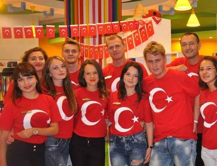 Компания в футболках с турецким флагом