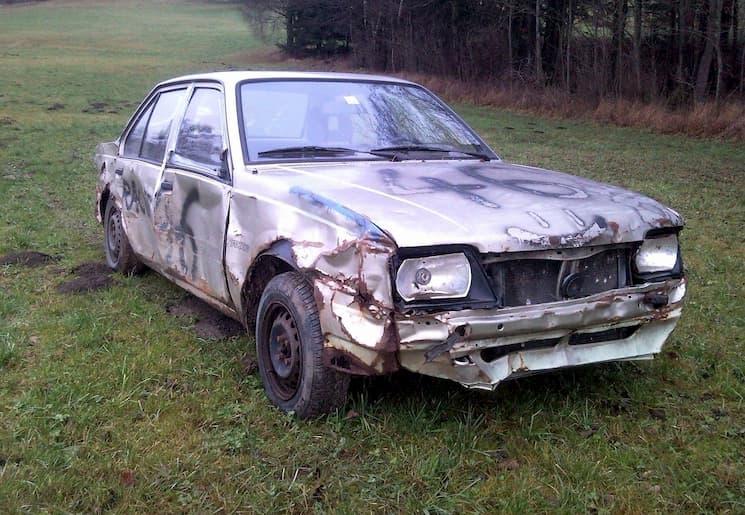 Помятая старая машина