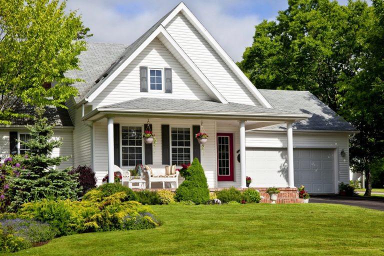 Лужайка и частный дом