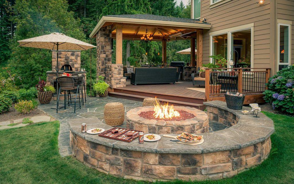 Беседка и огонь для барбекю перед домом