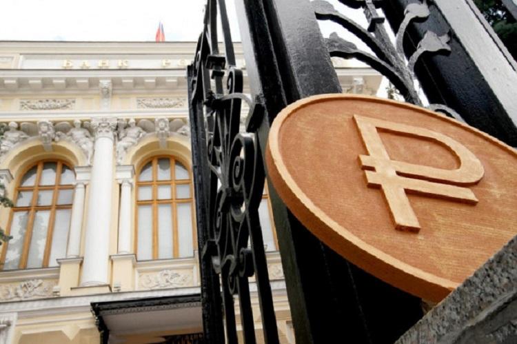Знак рубля на воротах Центробанка