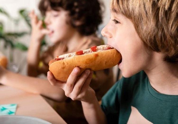Дети с хот-догами