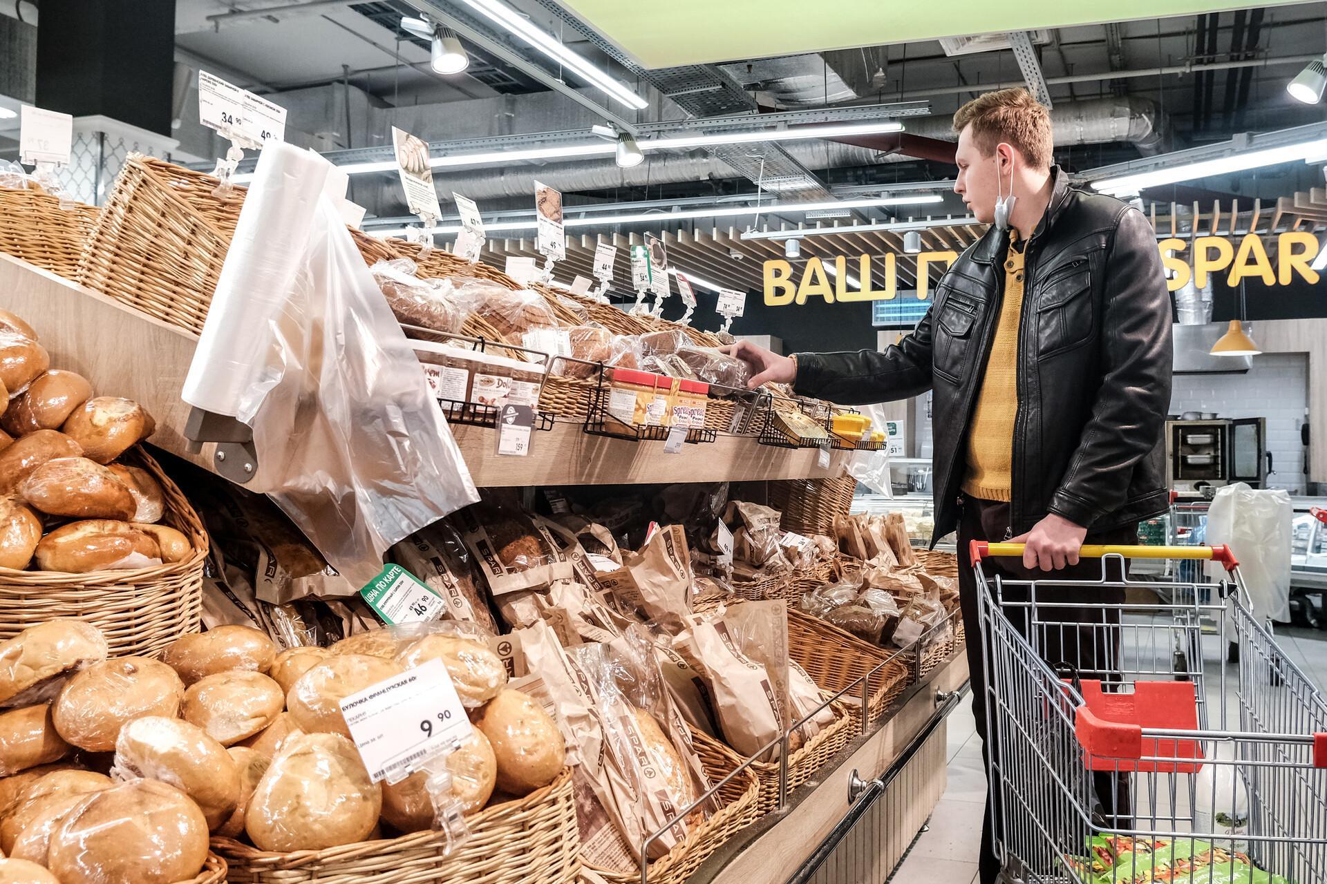 полки с хлебом в супермаркете