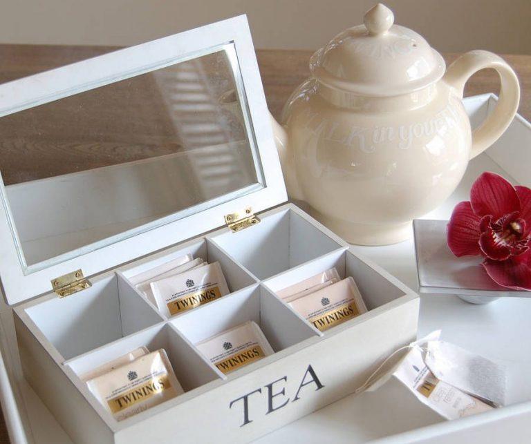 Заварник и шкатулка с чайными пакетиками
