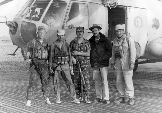 Воины в Афганистане возле вертолета