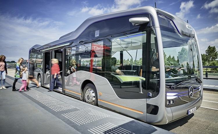 Беспилотный автобус на остановке