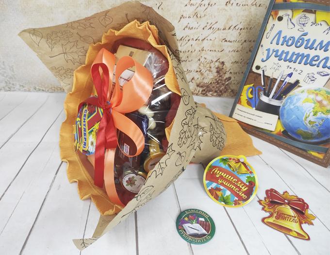 Букет из конфет на столе