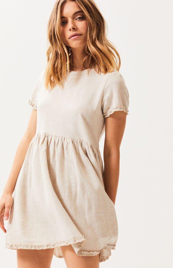 Девушка в светлом платье беби-долл
