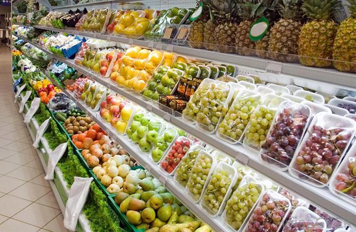 Прилавок с фруктами в супермаркете