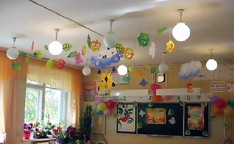 Бумажные гирлянды на потолке в классе
