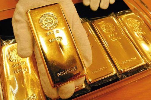 Золотой слиток на ладони в перчатке