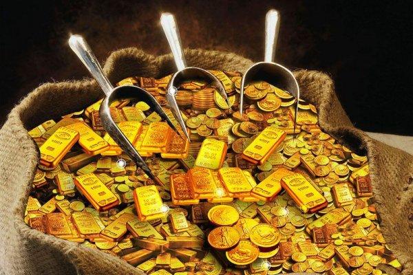 Золотые слитки и монеты в мешке