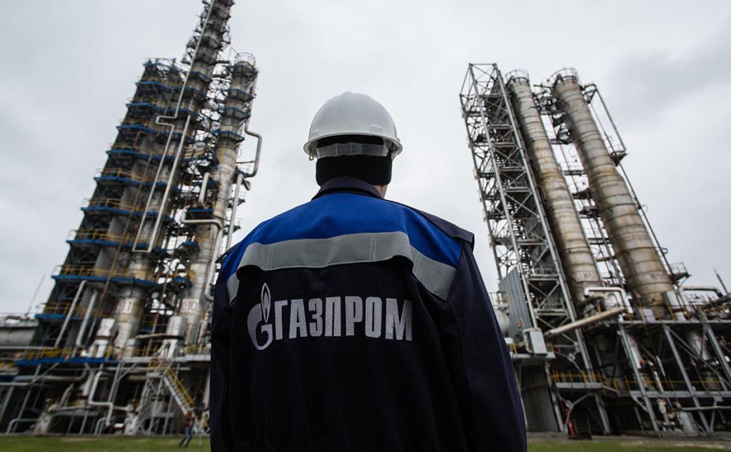 Сотрудник Газпром в каске