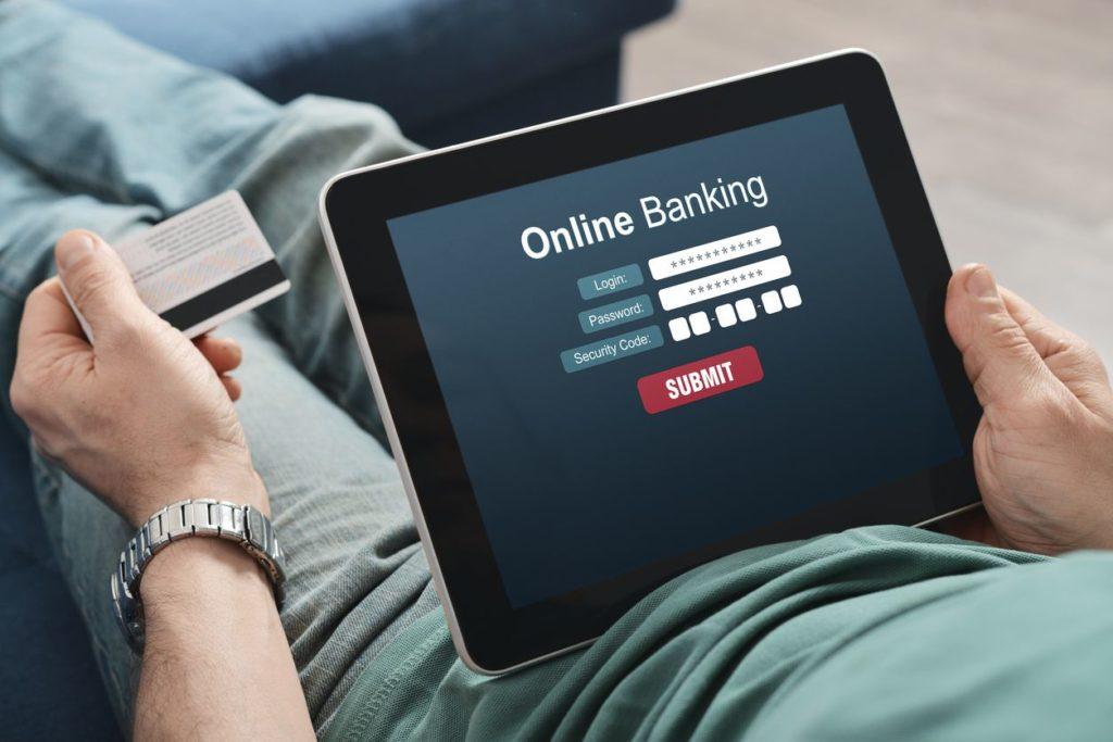 Онлайн-банкинг на экране планшета